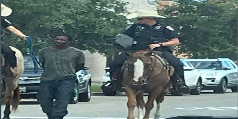έφιπποι αστυνομικοί σέρνουν δεμένο αφροαμερικανό