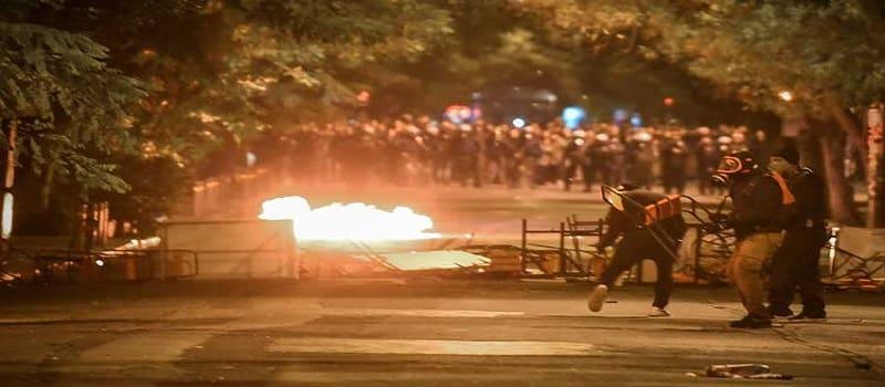 Η «επανάσταση» λάιβ κι η μάχη νοικοκυραίων - μικροαστών