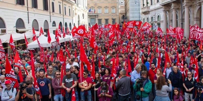 Ξεχείλισε το κέντρο της Ρώμης από κόκκινες σημαίες
