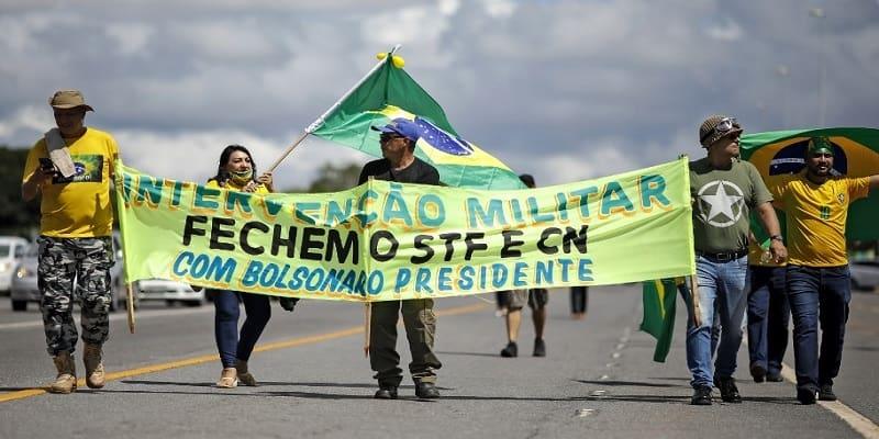 Οπαδοί του Μπολσονάρο καλούν το στρατό να επέμβει για να αρθεί η καραντίνα