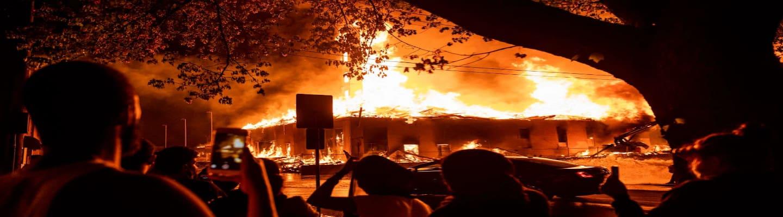 Ορατό από μίλια μακριά το χάος που επικρατεί στη Μινεάπολη