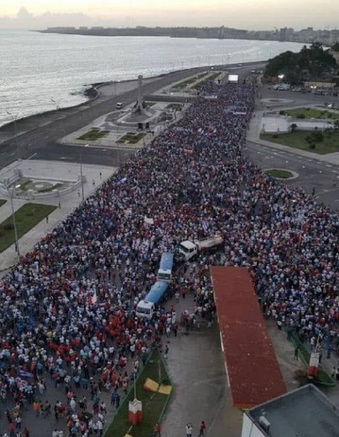 Ο κουβανικός λαός ξεχύθηκε στους δρόμους και υπερασπίζεται την Επανάσταση