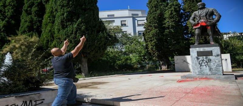 ΠΑΜΕ εναντίον ΜΑΤ - Συμπλοκές σώμα με σώμα στο Άγαλμα του Τρούμαν