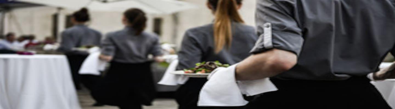 Πήγαν σε οντισιόν για ρόλο σερβιτόρου και τους έβαλαν να δουλέψουν σε πραγματική δεξίωση