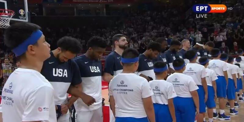 Παίκτες των ΗΠΑ με κατεβασμένα κεφάλια στην ανάκρουση του ύμνου