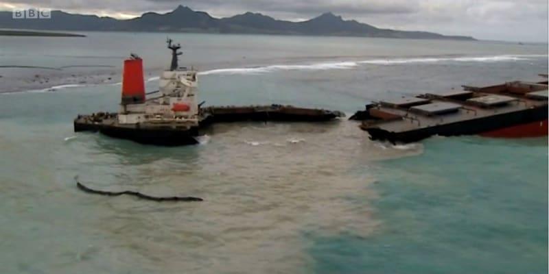 Πλοίο κόπηκε στα δύο - Τόνοι πετρελαίου χύθηκαν στη θάλασσα