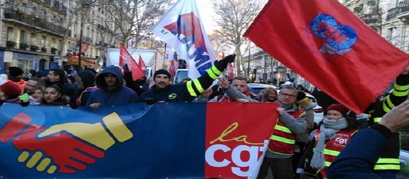 Σημαίες του ΠΑΜΕ στον ουρανό της Γαλλίας