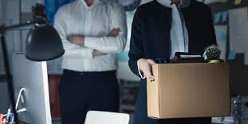 Τα αφεντικά θα δίνουν αποζημίωση απόλυσης με 4 μήνες καθυστέρηση και με κούρεμα 10%