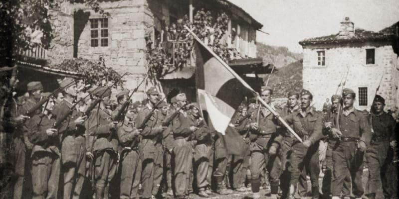 Της πατρίδας μου η σημαία... Όμως ποια σημαία;