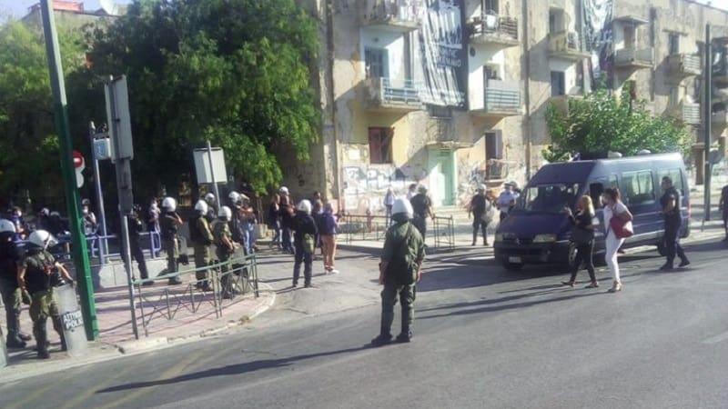 Φασίστες πέταξαν καφέ και κρύφτηκαν πίσω από κλούβες