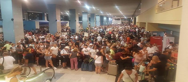 Χάος στο αεροδρόμιο της Ρόδου - Πρωτοφανής διασυρμός