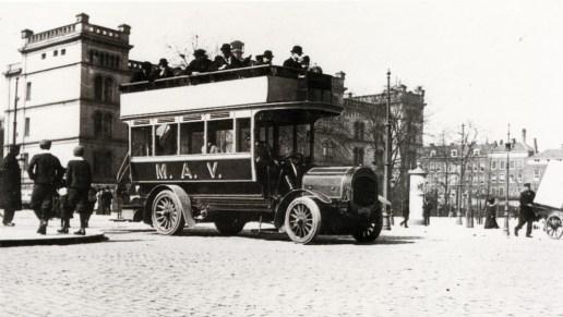 Een bus van de Maatschappij voor Algemeen Vervoer staat bij de halte Coolsingel-Van Hogendorpsplein, ca. 1905