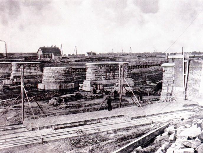 De aanleg van de spoorbrug over de nog te graven Koningshaven, 1875