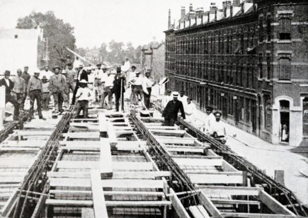 De bouw van het hofpleinlijnviaduct ter hoogte van de hoek Vijverhofstraat, Anthoniestraat (rechts), ca. 1906
