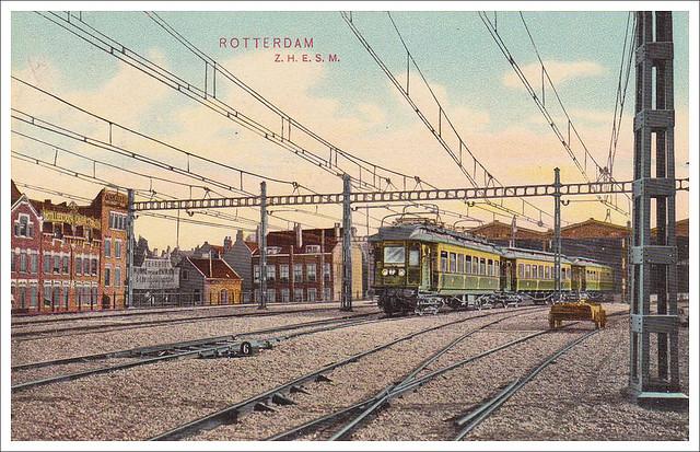 Station Rotterdam-Hofplein waar zojuist een elektrische locomotief vertrekt richting Scheveningen-Kurhaus. 1910