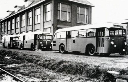 Saurer-Allan bij de aflevering aan de Kleiweg in 1941. Bus 125, 123 e.a.