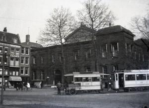 Aanhangrijtuig 1318 hier achter motorrijtuig 136, lijn 5, in 1931 op het Beursplein (foto: H. Solle)