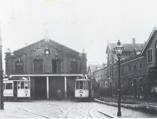 De remise en Centrale Werkplaats aan de Isaäc Hubertstraat met de motorrijtuigen 102 en 195, 1925