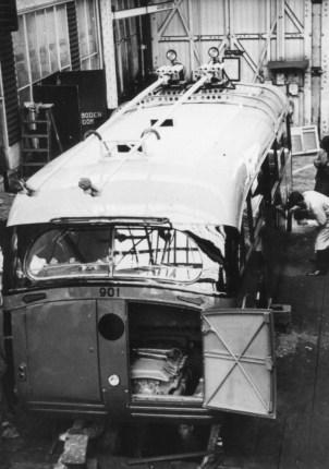 Het werk aan trolleybus 901 in de centrale werkplaats aan de Isaäc Hubertstraat in 1944.