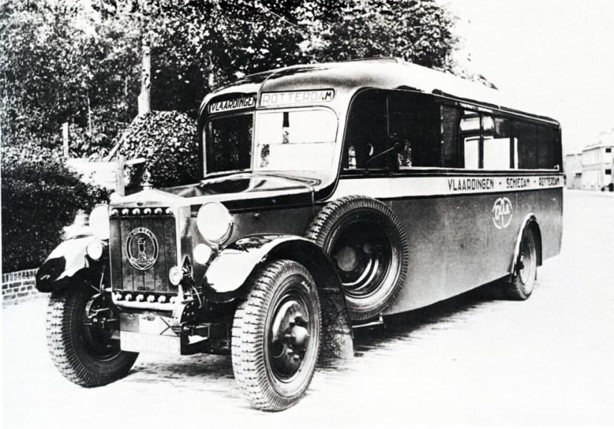 Een Minerva/Kromhout op de dienst Vlaardingen-Rotterdam van de E.V.A.G.
