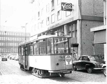 Duidelijk is dat de tweede serie aanhangrijtuigen 1001-1020, hier de 1004 na een aanrijding geparkeer op het Bulgersteyn, niet over bestuurdersdeuren beschikte.