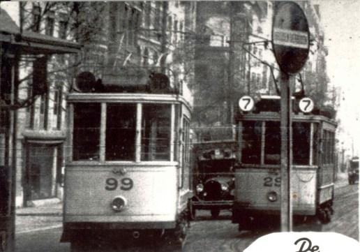 Motorrijtuigen 99, lijn 18, en 29, lijn 7, op het Middensteiger, 1928 Duidelijk is de keuze voor de dubbele lijncijferverlmelding.