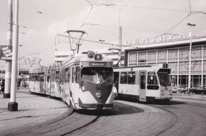 Motorrijtuig 360, lijn 1, Stationsplein, 21-8-1982 met op de bestemmingsfilm MOLENLAAN