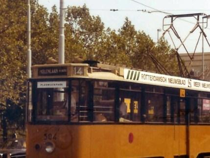 Motorrijtuig 504 van lijn 14 op het Stationsplein met op de bestemmingsfilm Molenlaan H-Berg.