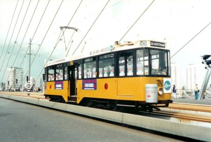 Motorrijtuig 515 van de Stichting RoMeO als  zilvertram op de Erasmusbrug voor de kankerbestrijding, 1-9 september 2000 (foto: J. Havelaar)