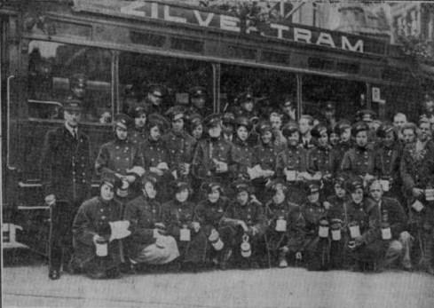 De zilvertram tijdens de crisiscollecte met in conducteursuniformen gehulde vrouwelijke collectanten. Van Oldenbarneveltstraat, 8-5-1934