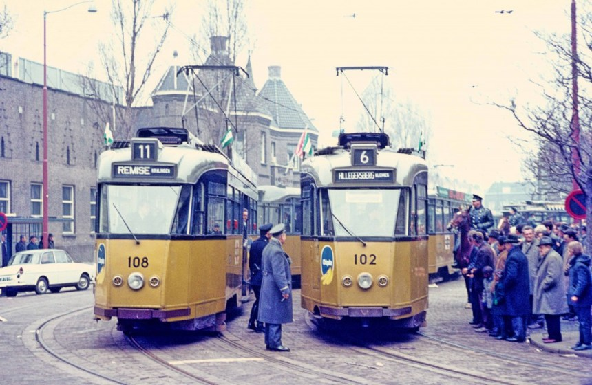 De Allan stellen met motorrijtuige 108 en 102 staan als voetbaltrams klaar in de Spartastraat, 23-4-1969
