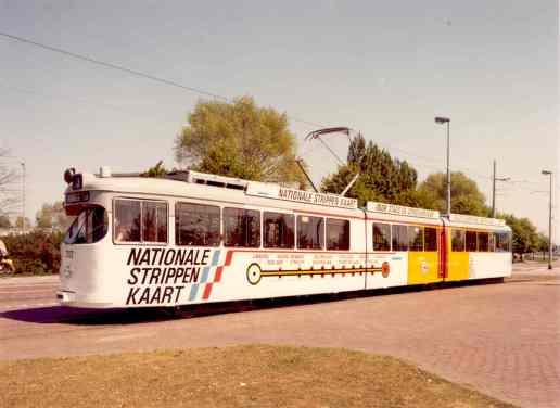 De strippenkaarttram 302 op de Honingerdijk, 1980