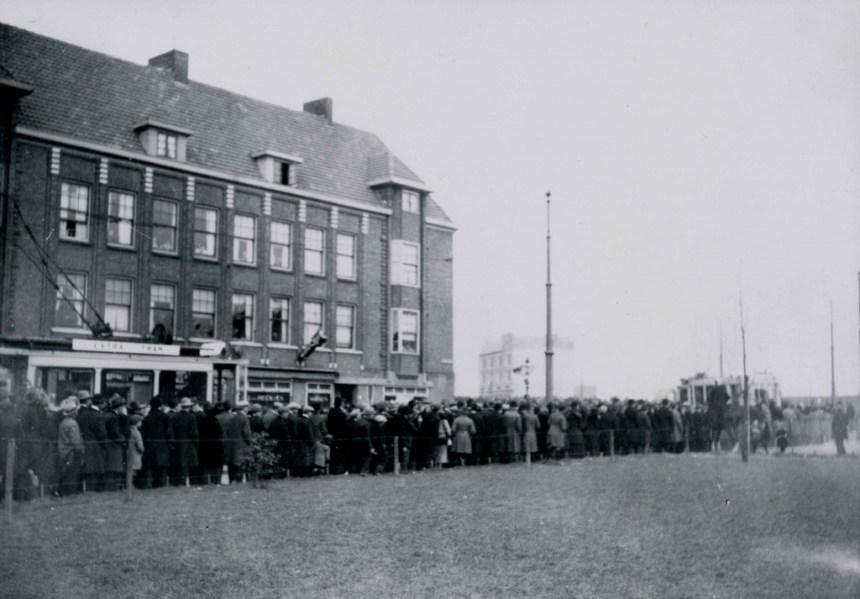 Een zeldzame foto van een motorrijtuig met koersborde Extra Tram voor het voetbalvervoer, P.C. Hooftplein/Mathenesserdijk, 1925