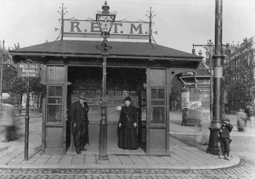 Het op talloze foto's voorkomende tramhuisje op de Goudschesingel bij de Jonker Fransstraat, 1916