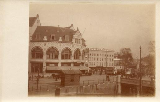 Het wachthuisje is nu verplaatst naar de kop van de Schiekade aan het water van de Rotterdamsche Schie.