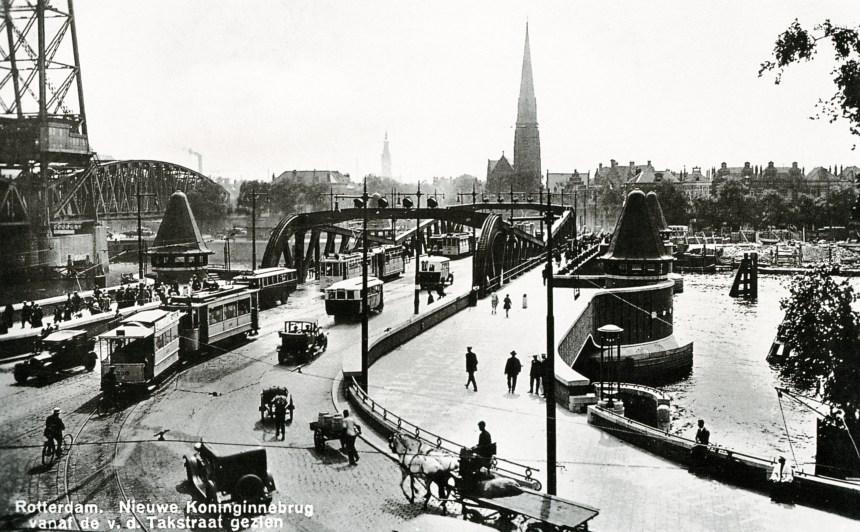 Koninginnebrug richting Stieltjesplein, rechts de Prins Hendrikkade, 1930