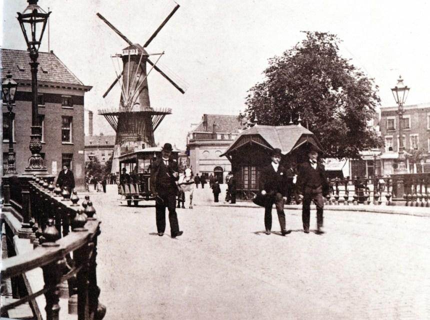 Het Oostplein met links de Marinierskazerne en daarnaast de molen De Noord. Op de voorgrond de Oude Oostbrug. met daarachter het wachthuisje. 1903
