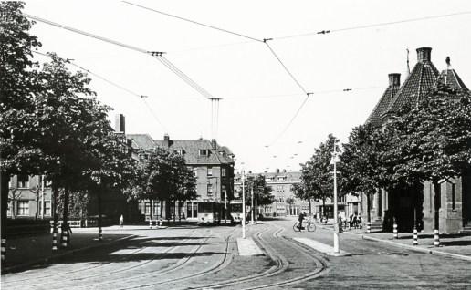 De door voetbaltrams gebruikte extra sporen in de Spartastraat, gezien vanaf de hoek Spiegelstraat, 1942