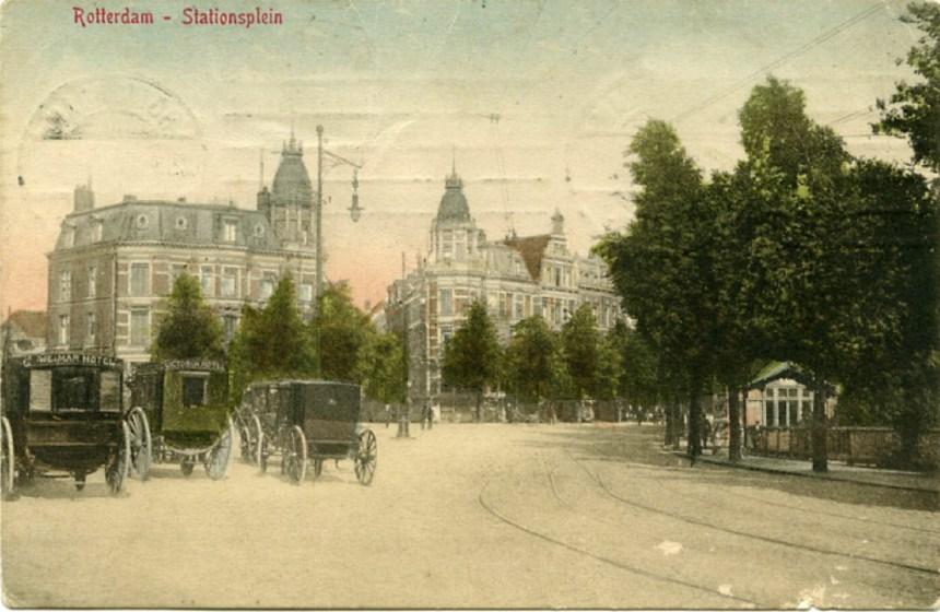 Aan de noordzijde van het Stationsplein werd binnen de tramlus een wachthuisje geplaatst.