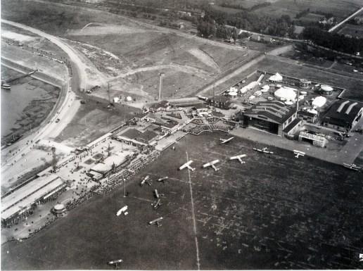 Vliegveld Waalhaven, 9-1922, de Waalhaven wordt nog uitgebaggerd, een speciale feestelijke dag op het vliegveld