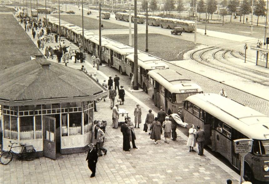 Na de verhuizing vanaf de Coolsingel werd het tramhuisje een bekende plaats waarvandaan de Wederopbouwritten vertrokken (Foto: Dick de Haan)