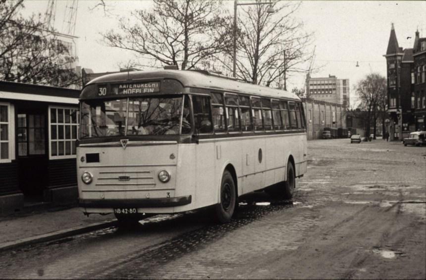 Wachthuisje/Bushokje aan de Veerlaan met een huurbus van de HTM, 1964