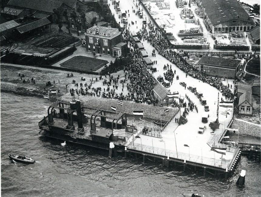 De opening van de veerdienst met het wagenveer van de Parkkade naar het Charloisse Hoofd (hier op de foto), 9-9-1927.