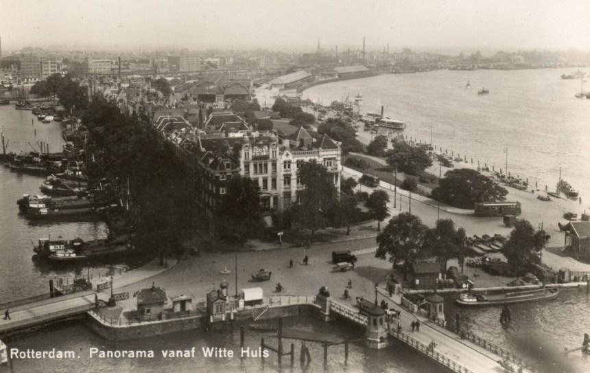 Foto vanaf het Witte Huis, Oudehoofdplein met rechts de Oosterkade, ca. 1935