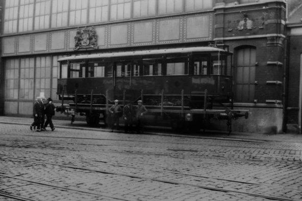 Aanhangrijtuig 1006, voor de fabriekshal van Beijnes, Haarlem, 22-7-1929, verhoogde buffers (foto: J. Quanher)