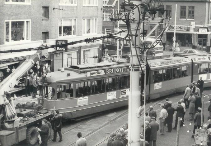 Motorrijtuig 1609, ontsporing en aanrijding Kleiweg-Straatweg 14-12-1984 (foto: F.J. v. Zonneveld)