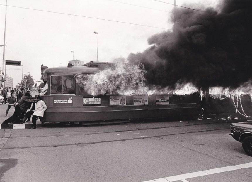 Motorrijtuig 617, lijn 6, in brand op het Churchillplein, 24-9-1979