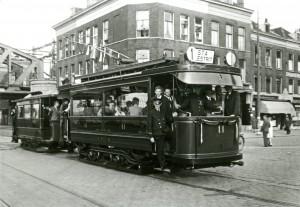 Motorrijtuig 11 en aanhangrijtuig 327 tijdens een feestrit tijdens het eenjarig bestaan van de S.T.A. (Stichting Tram Archief), op het Stieltjesplein, 24-8-1946