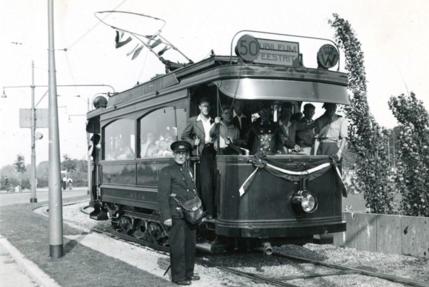 Jubileumritten met motorrijtuig 1 tijdens de feestweek t.g.v. het 50 jarig ambtsjubileum van Koningin Wilhelmina, 1948, Droogleever Fortuijnplein