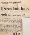 19680925 Ijzeren buis boort zich in autobus